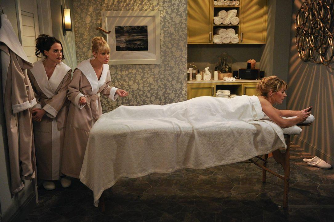 Carolines (Beth Behrs, M.) Vater Martin bittet sie und Max (Kat Dennings, l.) um Hilfe, da eine frühere Angestellte (Beth Lacke, r.) ihm mit Rufmor... - Bildquelle: Warner Bros. Television