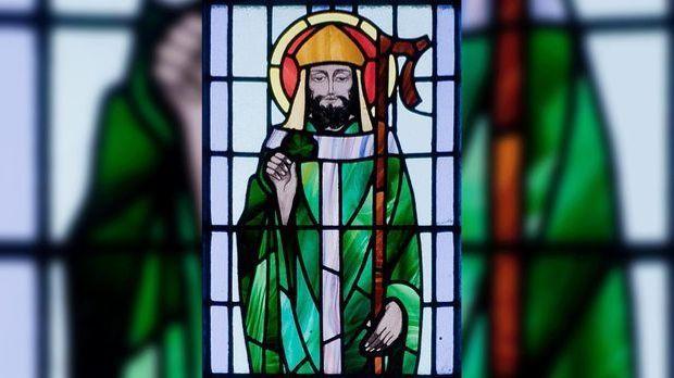Beiglasfenster mit Abbild des Heiligen St. Patrick.