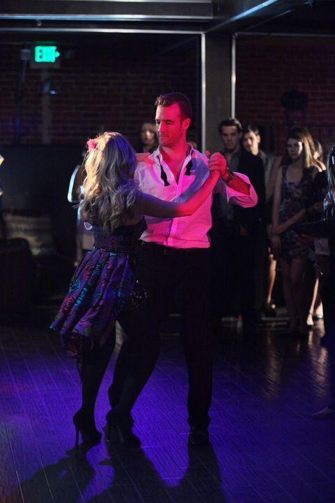 James (James Van Der Beek, r.) tanzt lieber mit June (Dreama Walker, l.) statt mit seiner ehemaligen besten Freundin Chloe ... - Bildquelle: 2012 American Broadcasting Companies. All rights reserved.