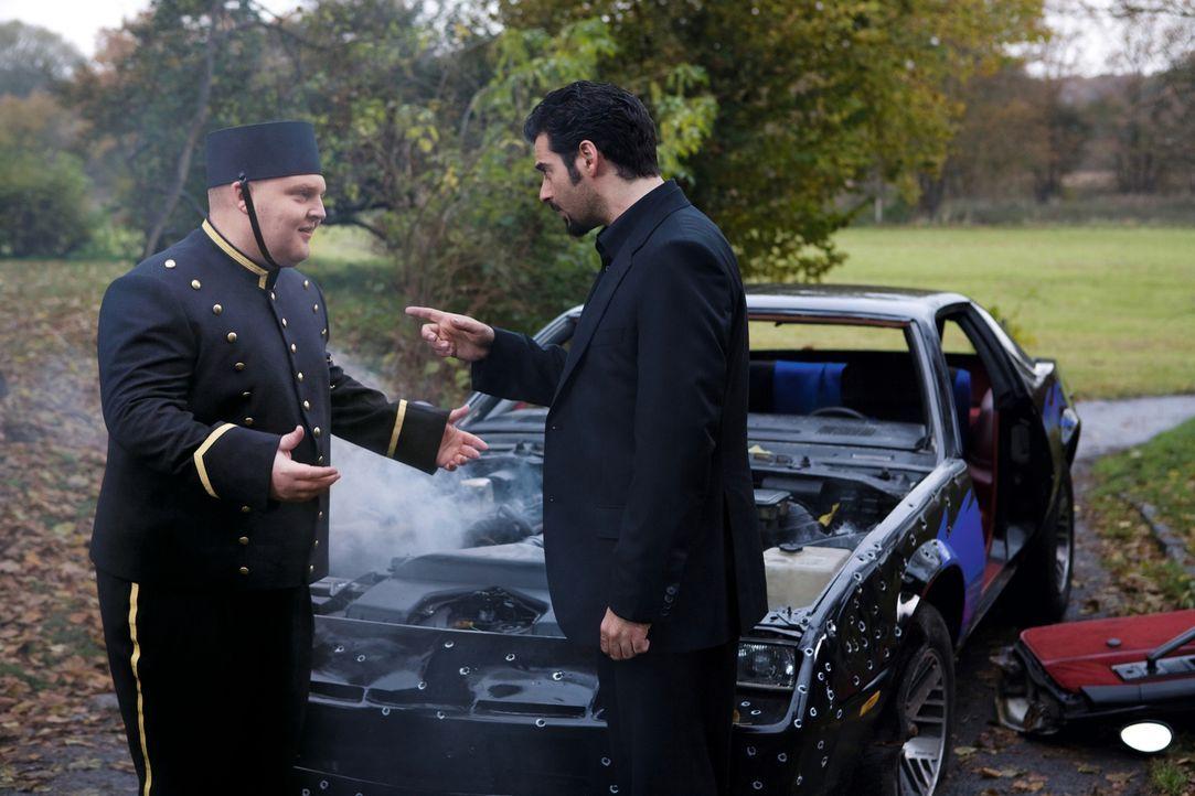Hotelpage Dirk (Axel Stein, l.) ahnt nicht, dass er es mit dem Profikiller Toni Ricardelli (Rick Kavanian, r.) zu tun hat ... - Bildquelle: Warner Brothers