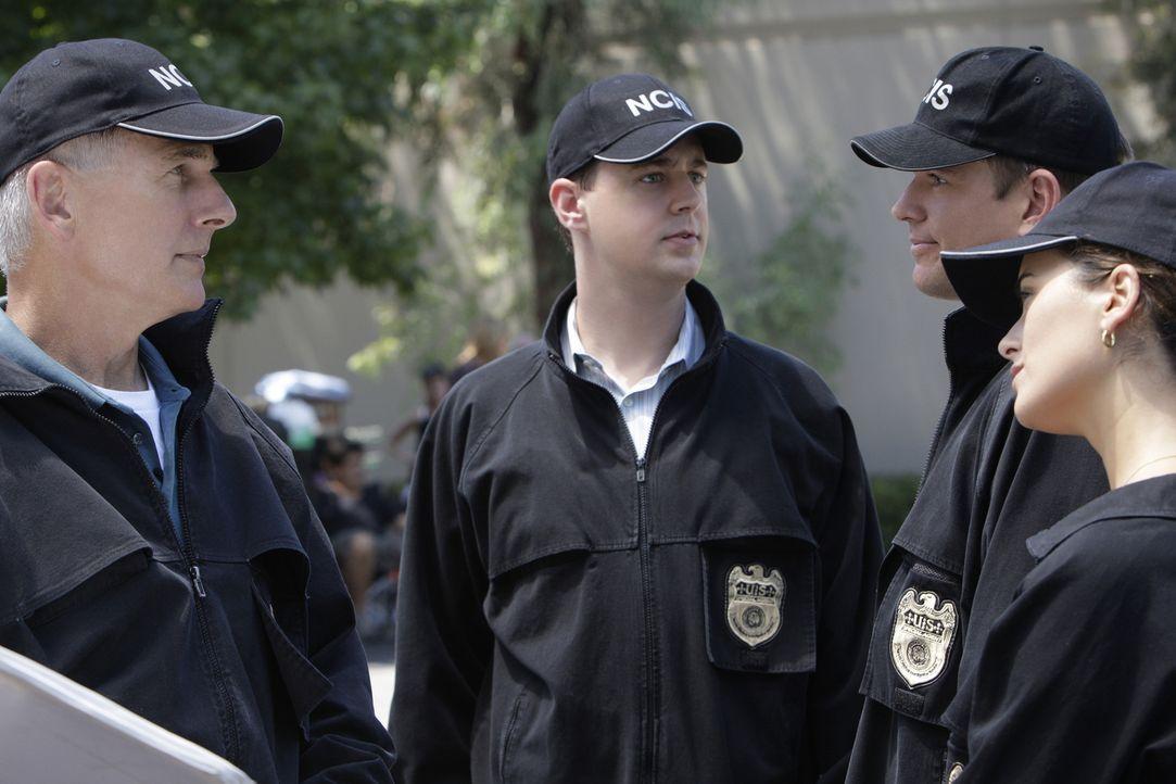 Eine Bank auf dem Navy-Stützpunkt in Quantico wird überfallen und dabei der Wachmann, Ray Vittorio, erschossen. Gibbs (Mark Harmon, l.), McGee (Sean... - Bildquelle: CBS Television