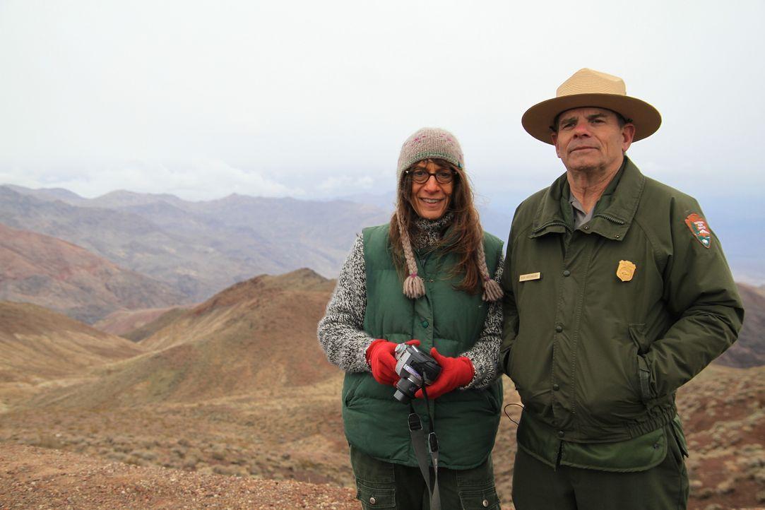 Geologin Dr. Paula Messina (l.) und Deathy Valley Nationalpark-Ranger Bob Greenberg (r.) gehen den wandernden Gesteinsbrocken auf der Racetrack Play... - Bildquelle: Stephen Scott Cineflix 2009