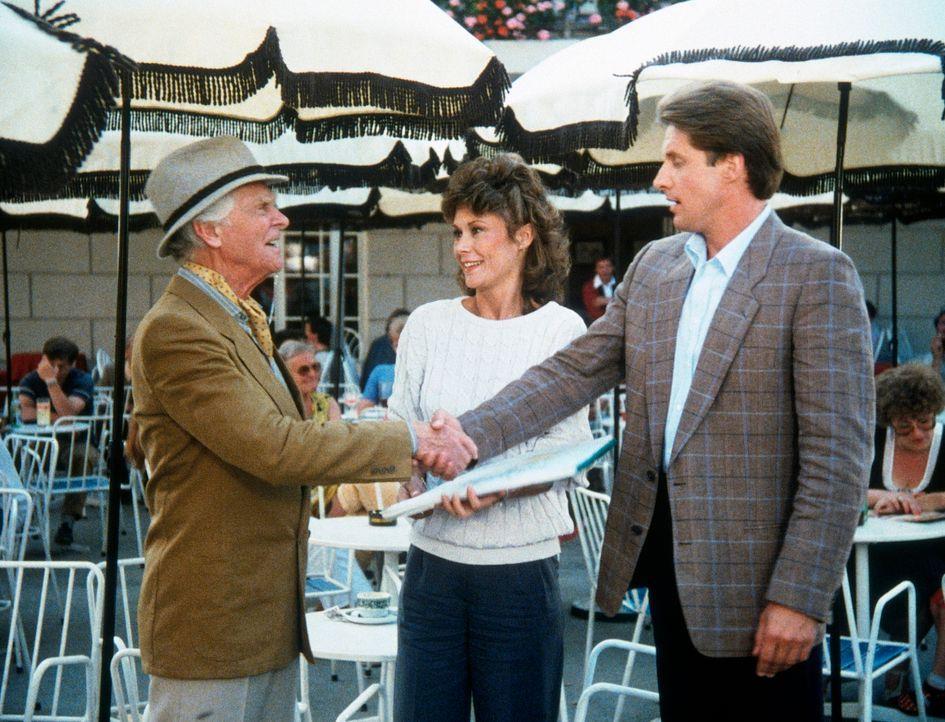 Unter der Maske des Kavaliers vollbringt Dr. Hanover (Ralph Michael, l.) landesverräterische Spitzenleistungen. Amanda (Kate Jackson, M.) und Lee (B... - Bildquelle: CBS Television