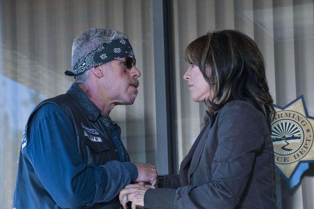 Seit dem Clay (Ron Perlman, l.) erfahren hat, dass Gemma (Katey Sagal, r.) von Zobelle und seinen Männern vergewaltig wurde, hat er nur noch Rache... - Bildquelle: 2009 Twentieth Century Fox Film Corporation and Bluebush Productions, LLC. All rights reserved.