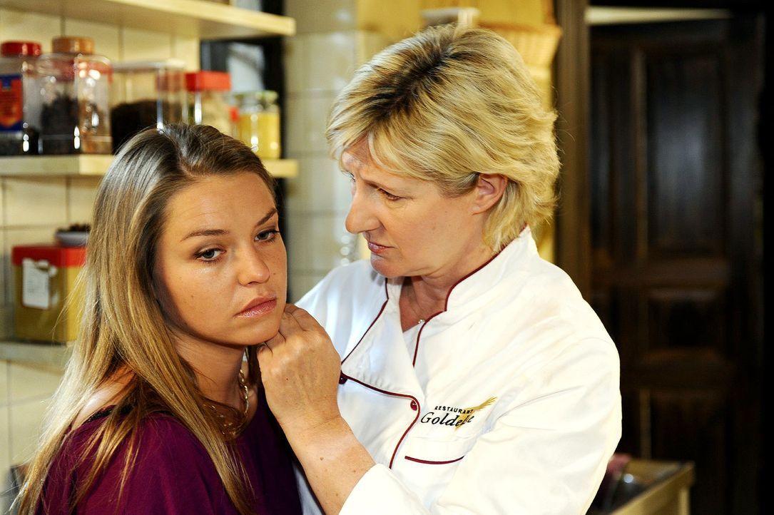 Die unglückliche Katja (Karolina Lodyga, l.) sucht Trost bei ihrer Mutter (Heike Jonca, r.). - Bildquelle: Oliver Ziebe Sat.1