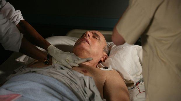 Die Ärzte kämpfen um das Leben des Komapatienten Todd Emory (Jeffrey Tambor)...