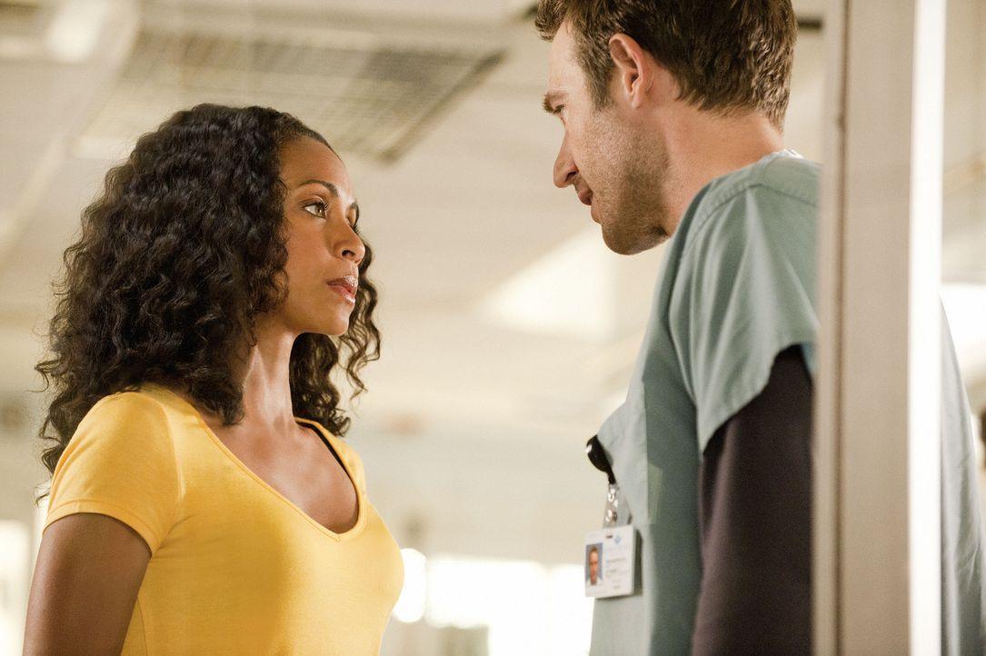 Tom (Michael Vartan, r.) möchte nicht mehr, dass Christina (Jada Pinkett Smith, l.) Kontakt zu Nick hat und bittet sie, sich von ihm fern zu halten. - Bildquelle: 2011 Sony Pictures Television Inc. All Rights Reserved.