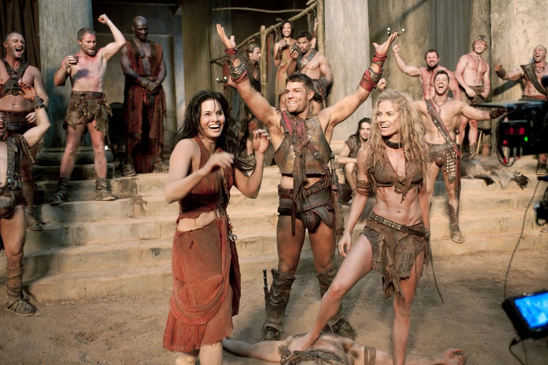 Mit einem klugen Schachzug gelingt es Spartacus (Liam McIntyre, M.), die verfeindeten Parteien im Lager zu vereinen. Sogar Mira (Katrina Law, l.) un... - Bildquelle: 2011 Starz Entertainment, LLC. All rights reserved.