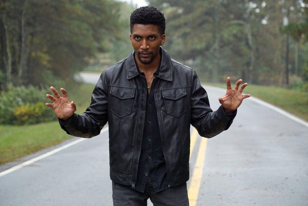 Vincent (Yusuf Gatewood) wird von Tristan und dessen Gefolgsleuten dazu gezwungen Magie einzusetzen, aber kann er wirklich das erreichen, was sich d... - Bildquelle: Warner Bros. Entertainment, Inc.