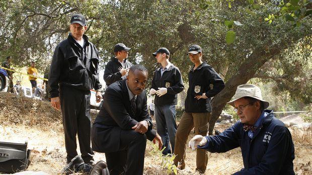 Die Leiche eines Arztes wird auf Navy-Gelände gefunden. Gibbs (Mark Harmon, l...