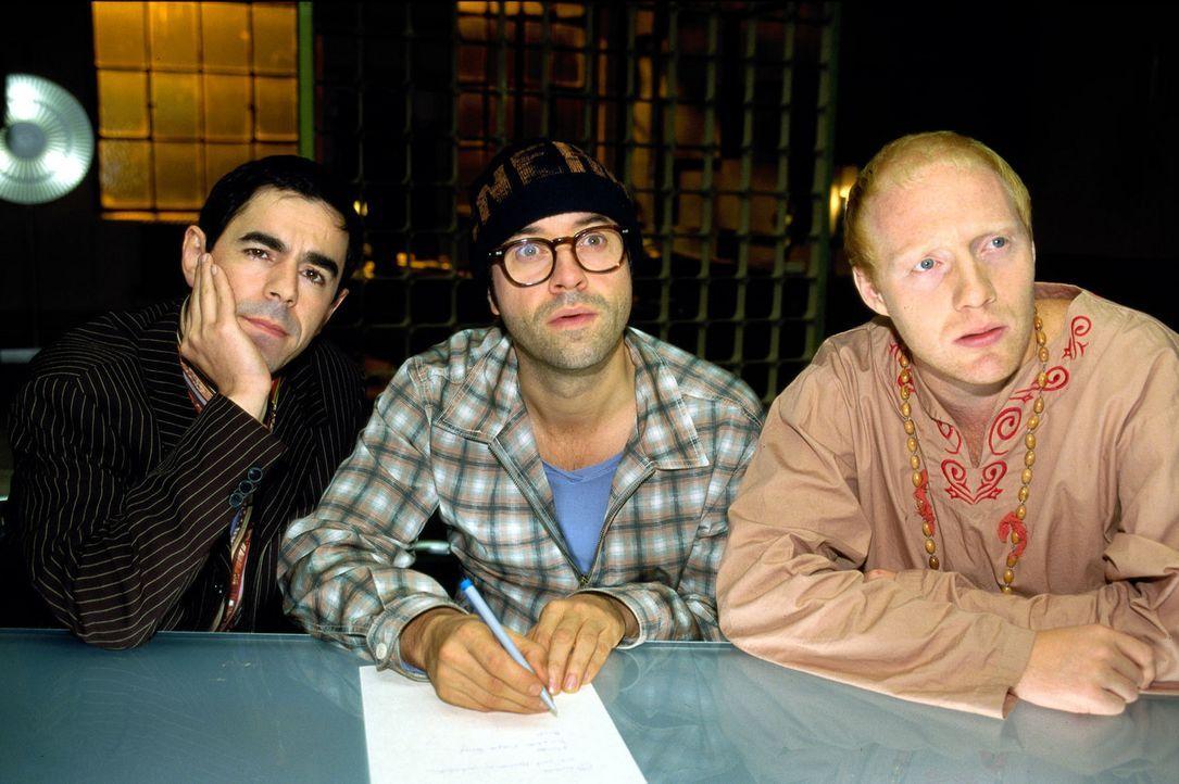 Mark (Oscar Ortega Sánchez, l.), Martin (Jan Josef Liefers, M.) und Ralf (Simon Schwarz, r.) lauschen konzentriert den Ausführungen ihres Freundes T... - Bildquelle: Katrin Knoke Sat.1