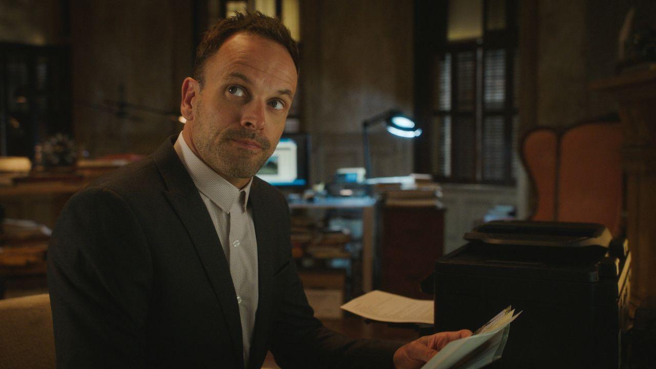 Holmes (Jonny Michael Hill) hat mehrere Verdächtige, als er den Mord an einem Mann untersucht, der sich offenbar als Rächer betätigte, indem er Sexu... - Bildquelle: 2016 CBS Broadcasting, Inc. All Rights Reserved
