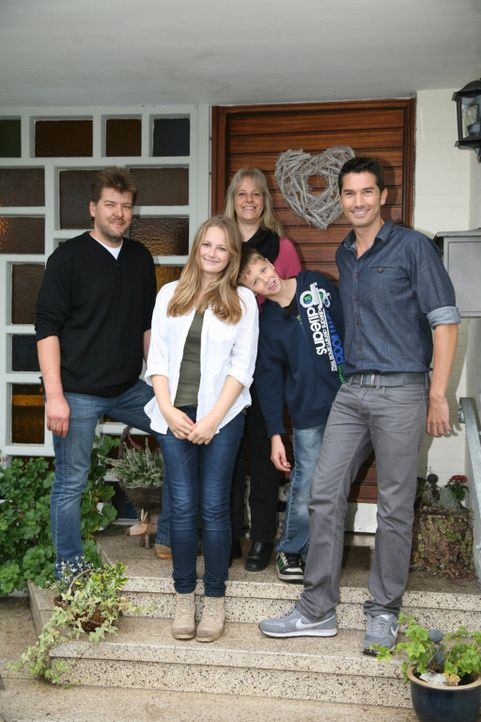 """Marion (hinten) sieht regelmäßig mit ihrem Sohn """"Galileo"""". Im November 2009 verfolgt die damals 42-Jährige interessiert einen Beitrag über erste... - Bildquelle: Frank Waberseck ProSieben"""