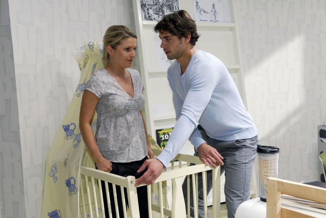 Auch wenn es ihr schwerfällt, hilft Anna (Jeanette Biedermann, l.) Jonas (Roy Peter Link, r.) beim Aufbau der Babywiege. - Bildquelle: Sat.1