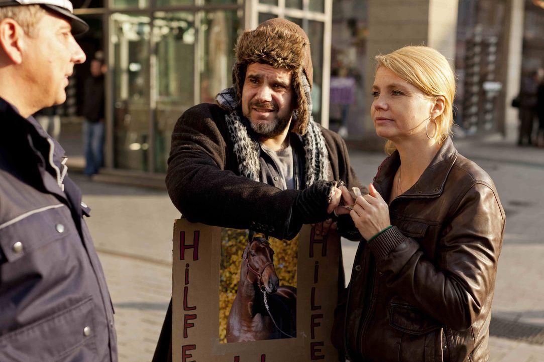 Danni (Annette Frier, r.) vertritt den Bettler Bartl (Bruno Cathomas, M.), der angezeigt wurde, weil er gebettelt hat. Danni kümmert sich darum. Doc... - Bildquelle: Frank Dicks SAT.1