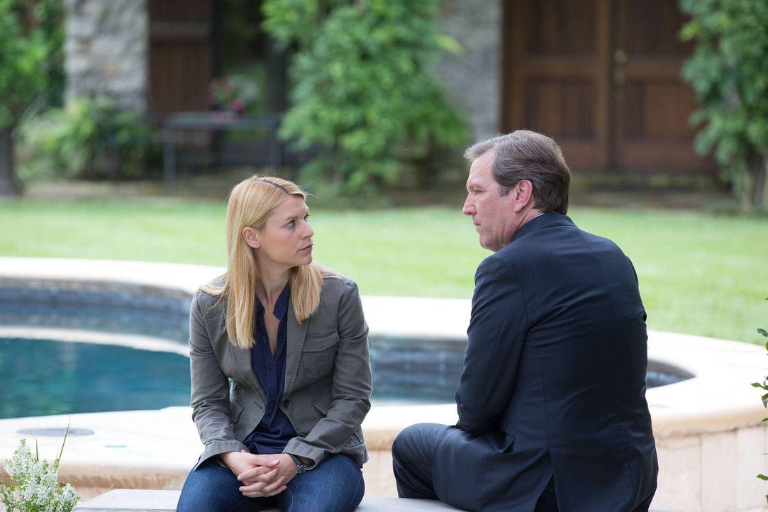 Leland Bennett (Martin Donovan, r.) macht Carrie (Claire Danes, l.) ein ganz besonderes Angebot, doch wird sie es annehmen? - Bildquelle: 2013 Twentieth Century Fox Film Corporation. All rights reserved.