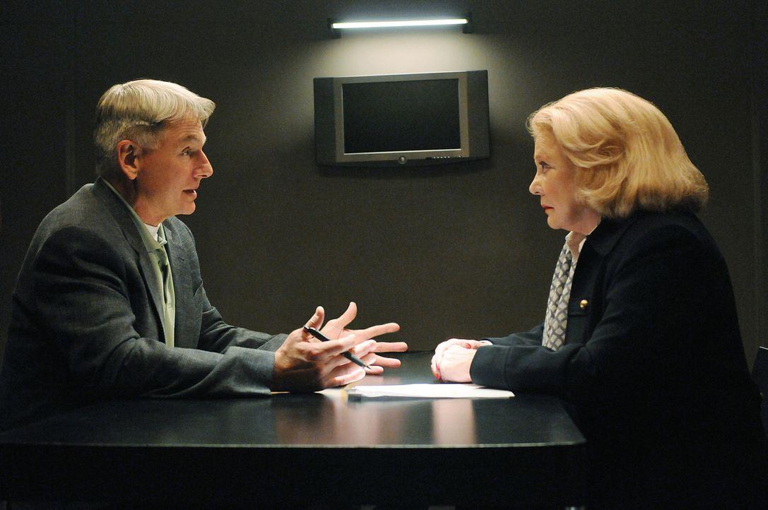 Schock: In einem neuen Fall trifft Gibbs (Mark Harmon, l.) auf seine Schwiegermutter Joann Fielding (Gena Rowlands, r.), die Mutter seiner ermordete... - Bildquelle: CBS Television