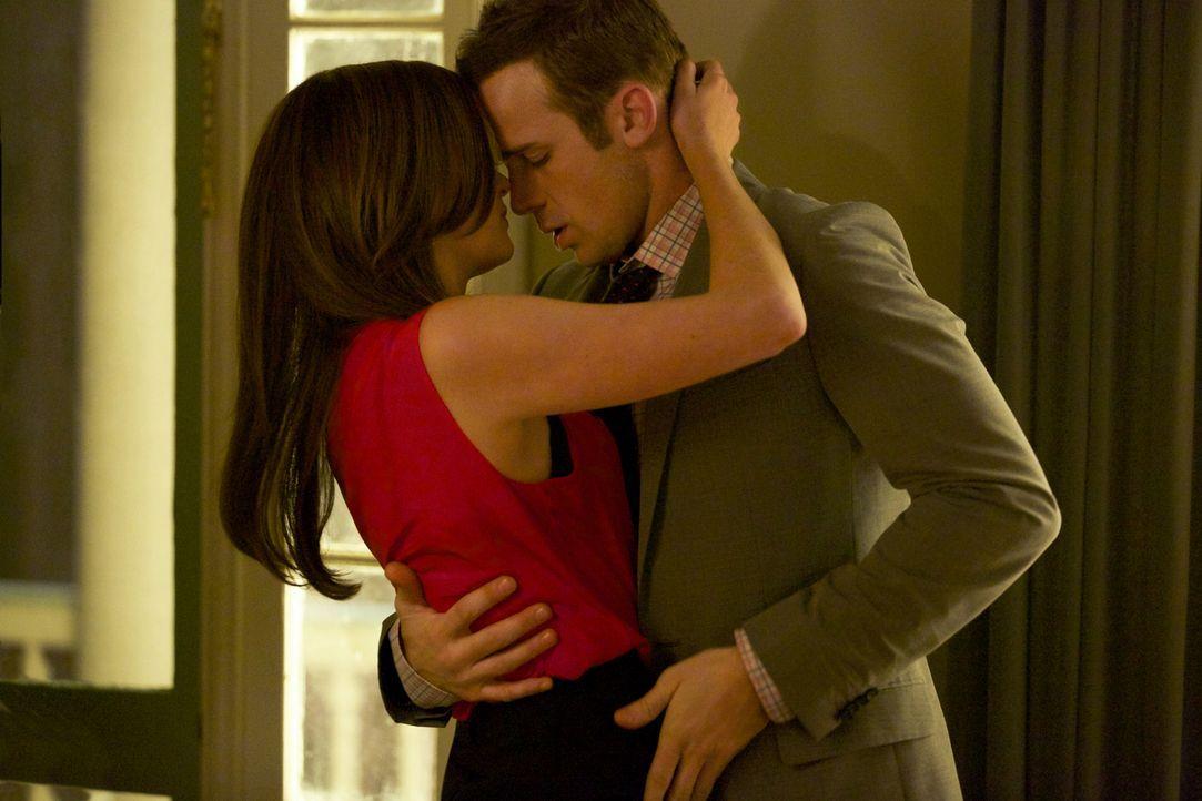 Heben Jamie (Anna Wood, l.) und Roy (Cam Gigandet, r.) ihr Beziehung auf eine neue Stufe? - Bildquelle: 2013 CBS BROADCASTING INC. ALL RIGHTS RESERVED.