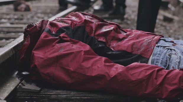 Ein Zugführer entdeckt eine enthauptete Leiche auf den Gleisen einer einsamen...