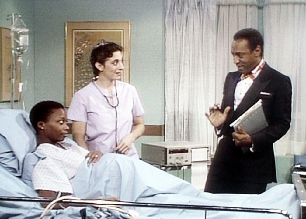 Cliff (Bill Cosby, r.) verpasst das Gala-Dinner zu seinen Ehren, da er sich mit der Krankenschwester (Elisa de la Roche, M.) um die hochschwangere M... - Bildquelle: Viacom