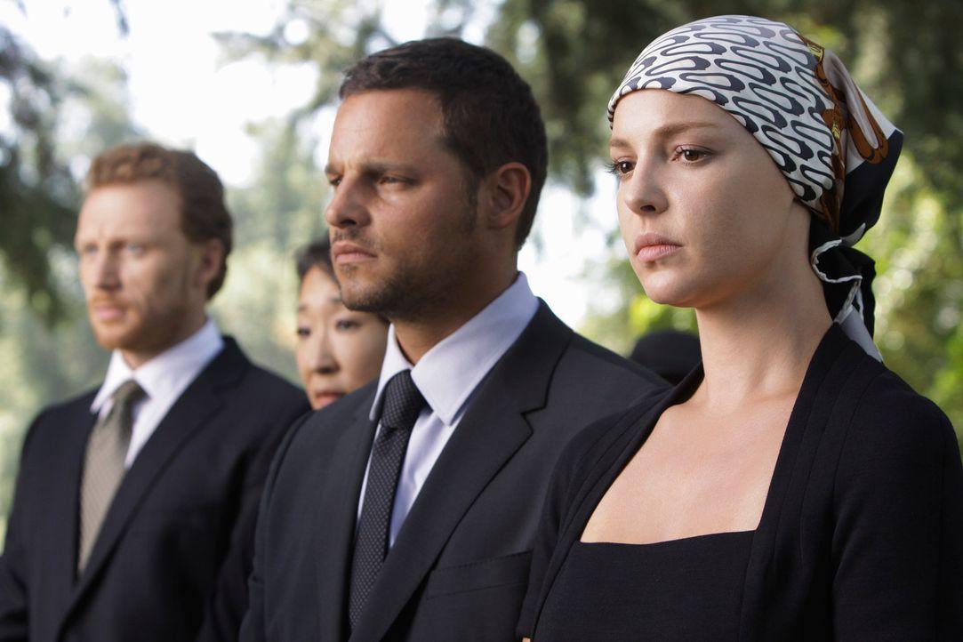 Versuchen den Tod von George zu verstehen: Owen (Kevin McKidd, l.), Alex (Justin Chambers, M.) und Izzie (Katherine Heigl, r.) ... - Bildquelle: Touchstone Television