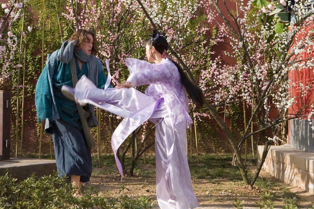 Um den königlichen Hof um seine Juwelen zu betrügen, macht sich D.B. (John Reardon, l.) an die Tochter des Regierungschefs, Prinzessin Li Wie (Desir... - Bildquelle: RHI Entertainment