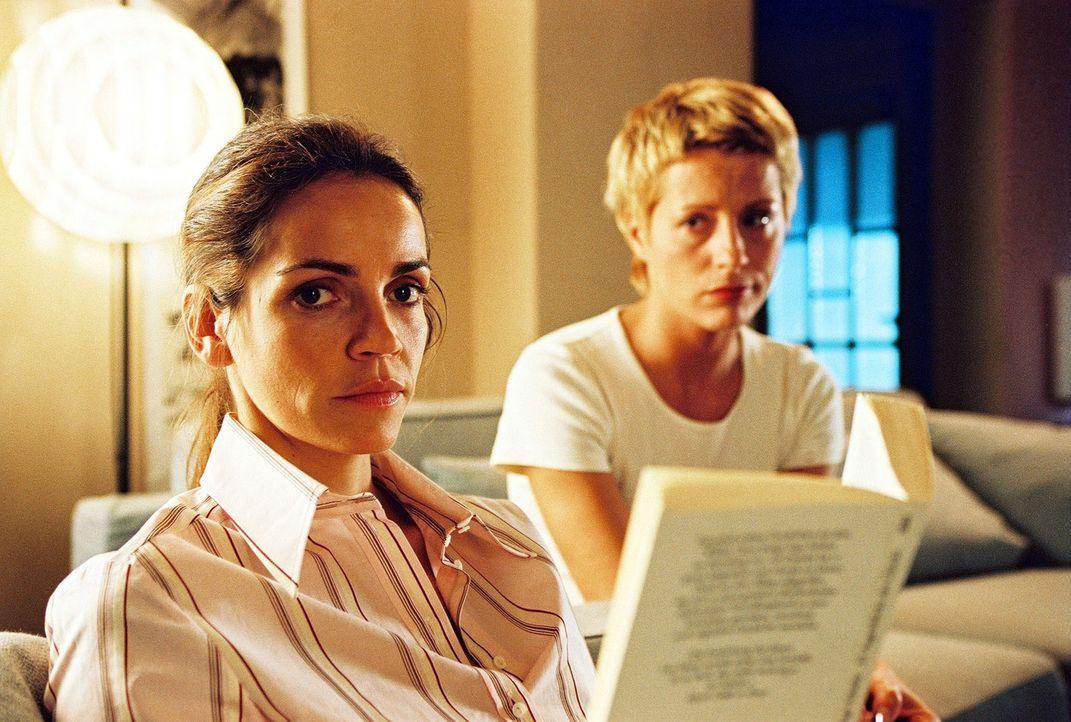 Ein neuer, junger und attraktiver Richter erregt Patricias (Barbara Demmer, r.) und Sandras (Rebecca Immanuel, l.) Aufmerksamkeit. Zwischen den beid... - Bildquelle: Hardy Spitz Sat.1