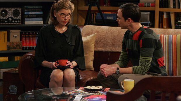 Leonard kann seiner Mutter Beverly (Christine Baranski, l.) nichts Recht mach...