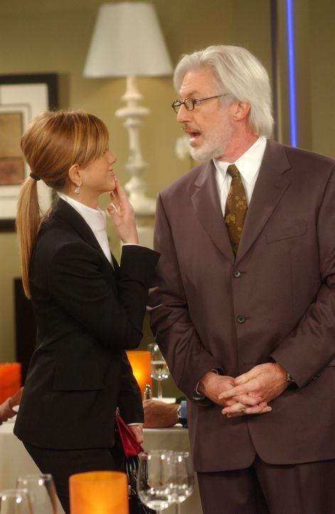 Als Rachel (Jennifer Aniston, l.) ihren derzeitigen Chef in einem Restaurant entdeckt, bittet sie den Maitre d' (Tom Dugan, r.) um einen anderen Tis... - Bildquelle: 2003 Warner Brothers International Television
