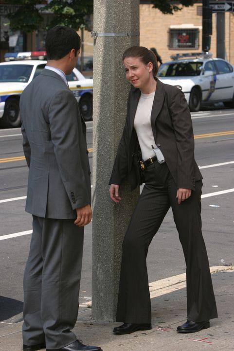 Anna (Robin Weigert, r.) und ihr Kollege Scott (Danny Pino, l.) besprechen die weitere Vorgehensweise ... - Bildquelle: Warner Bros. Television