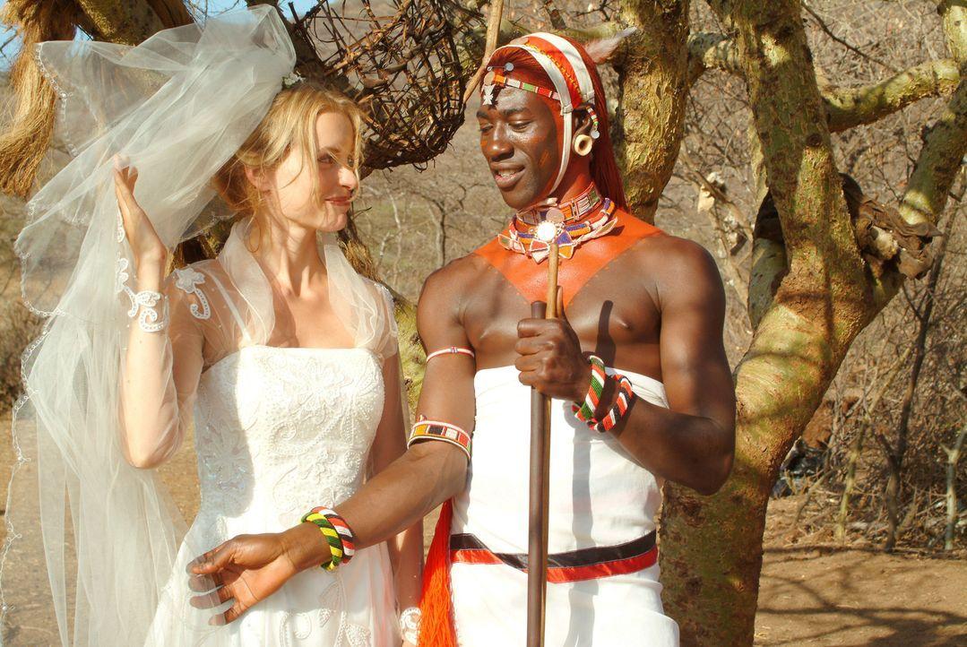 Es war Liebe auf den ersten Blick! Die Deutsche, Carola (Nina Hoss, l.), hat sich bereits bei ihrer ersten Begegnung unsterblich in den Samburu-Krie... - Bildquelle: Constantin Film Produktion GmbH