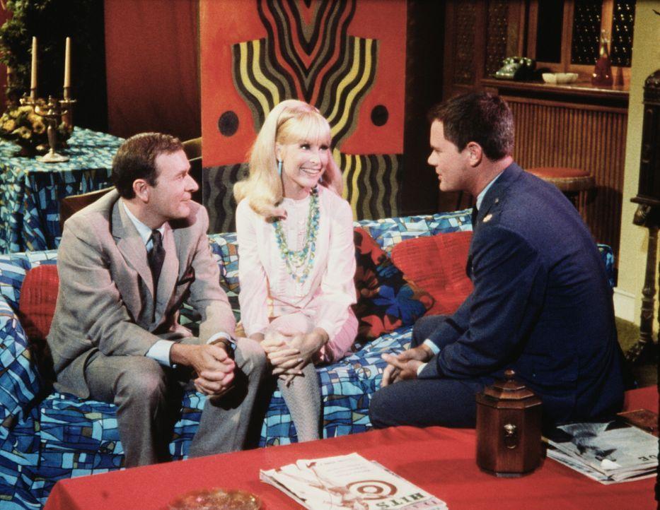 Jeannie (Barbara Eden, M.) und Tony (Larry Hagman, r.) sind sich einig, dass Roger (Bill Daily, l.) eher ein Astronaut als ein Filmstar ist. - Bildquelle: Columbia Pictures