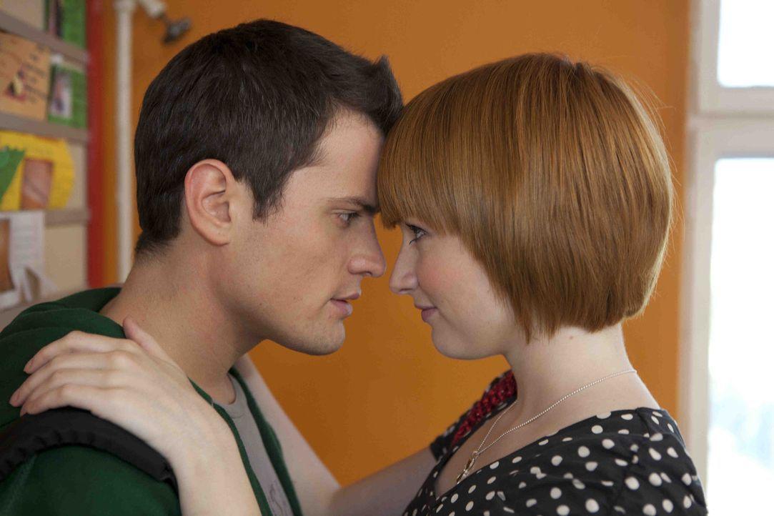Luzi ist noch immer beseelt von dem Duett mit Timo (Rocco Stark, l.) und macht sich ernst Hoffnungen. Sie verabredet sich mit ihm, doch er wird von... - Bildquelle: SAT.1