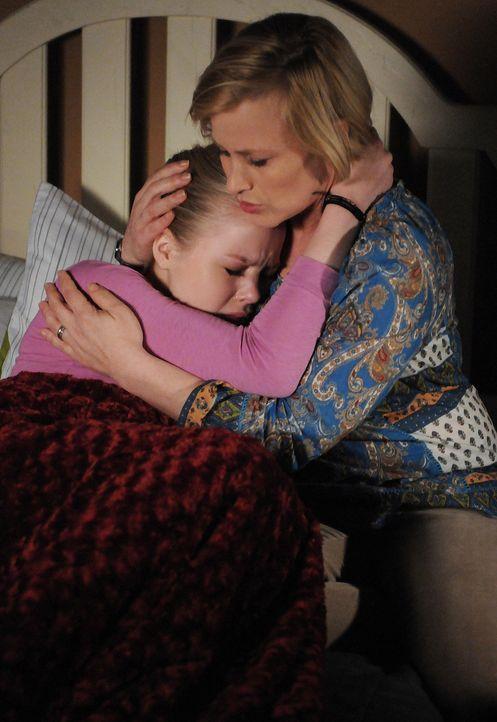 Ein traumatisches Erlebnis beeinflusst Ariels (Sofia Vassilieva, l.) Leben sehr. Allison (Patricia Arquette, r.) versucht ihrer Tochter zu helfen ... - Bildquelle: Paramount Network Television