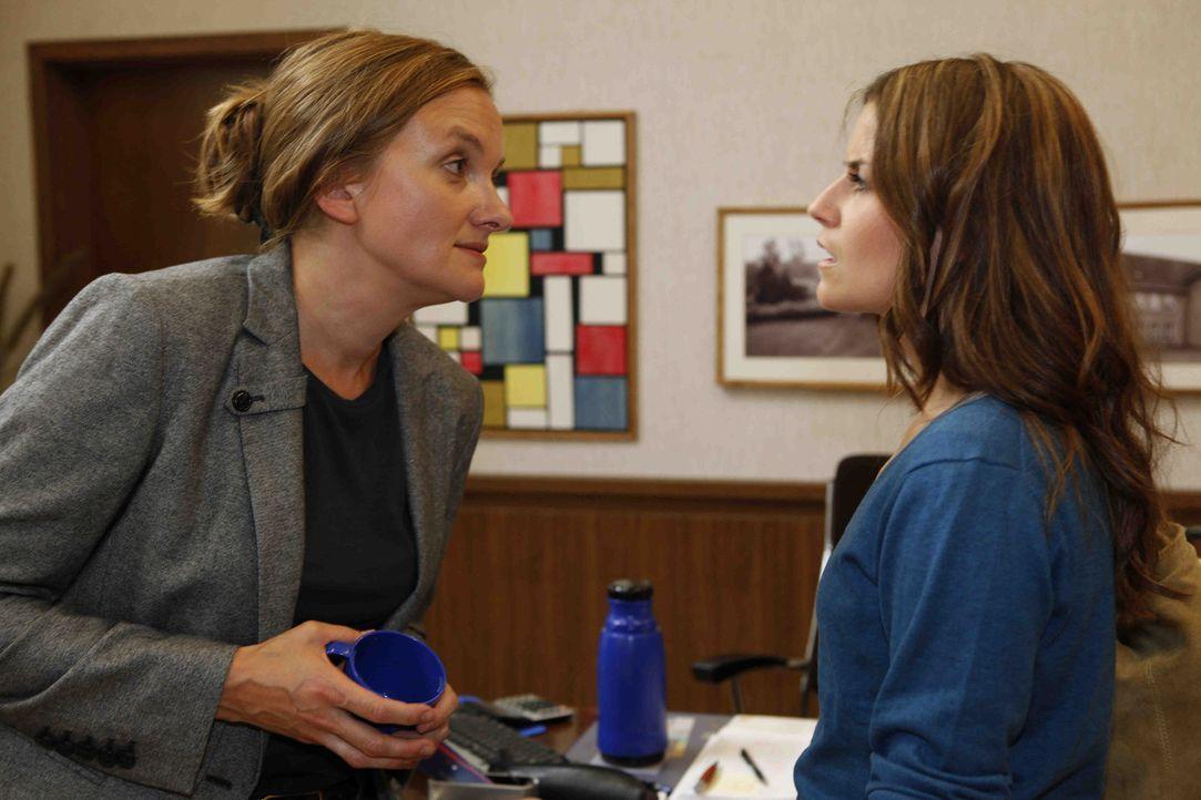 Bea (Vanessa Jung, r.) muss erkennen, dass die Gerüchte um Gabriele (Marie Schneider, l.) wahr sind - Gabriele trinkt ... - Bildquelle: David Saretzki SAT.1