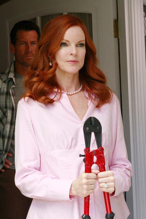 Bree (Marcia Cross, vorne) leiht sich von Mike (James Denton, hinten) einen Seitenschneider, um hinter Katherines Kuchengeheimnis zu kommen ... - Bildquelle: ABC Studios