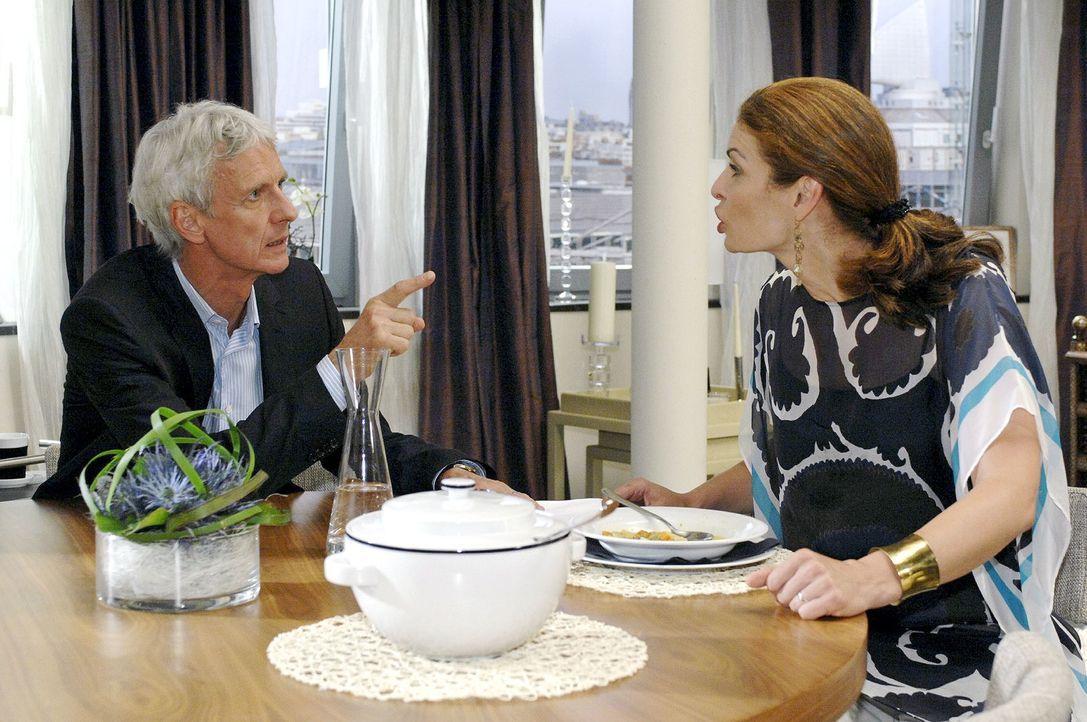 Robert (Mathieu Carrière, l.) und Natascha (Franziska Matthus, r.) geraten in einen heftigen Ehekrach. - Bildquelle: Oliver Ziebe Sat.1