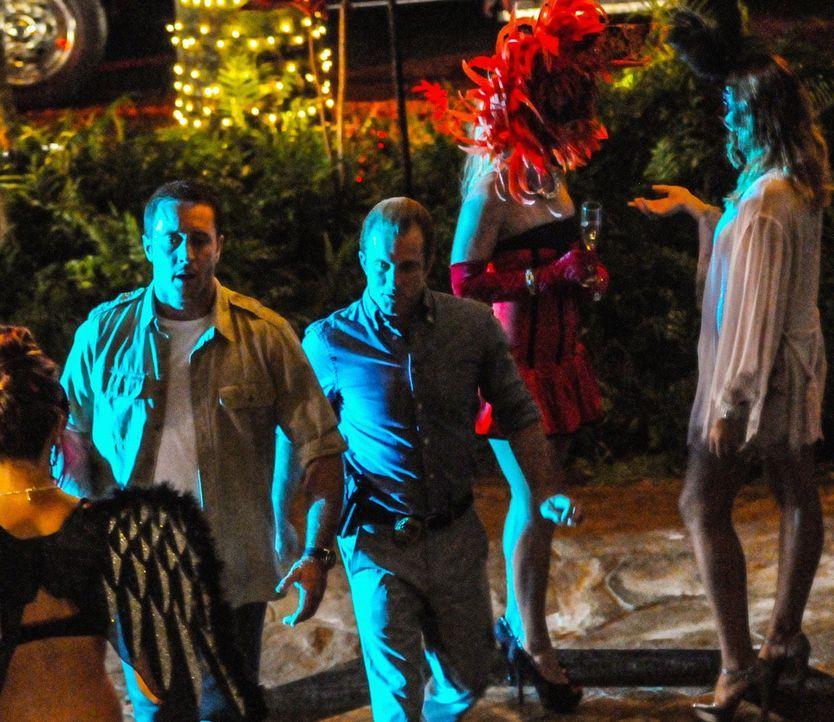 Als Halloween auf Hawaii Einzug hält, wird ein Mann erschossen, der sich wie ein Zombie verhält. Das Team um Steve (Alex O'Loughlin, l.) und Danny (... - Bildquelle: 2013 CBS BROADCASTING INC. All Rights Reserved.