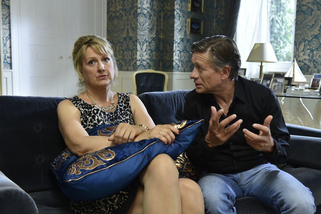 Während Luisa und Julian glauben, dass ihre Privatsphäre gewahrt ist, kann Hendrik (Stephan Baumecker, r.) Felicitas (Claudia Lietz, l.) nur mit Müh... - Bildquelle: Claudius Pflug SAT.1