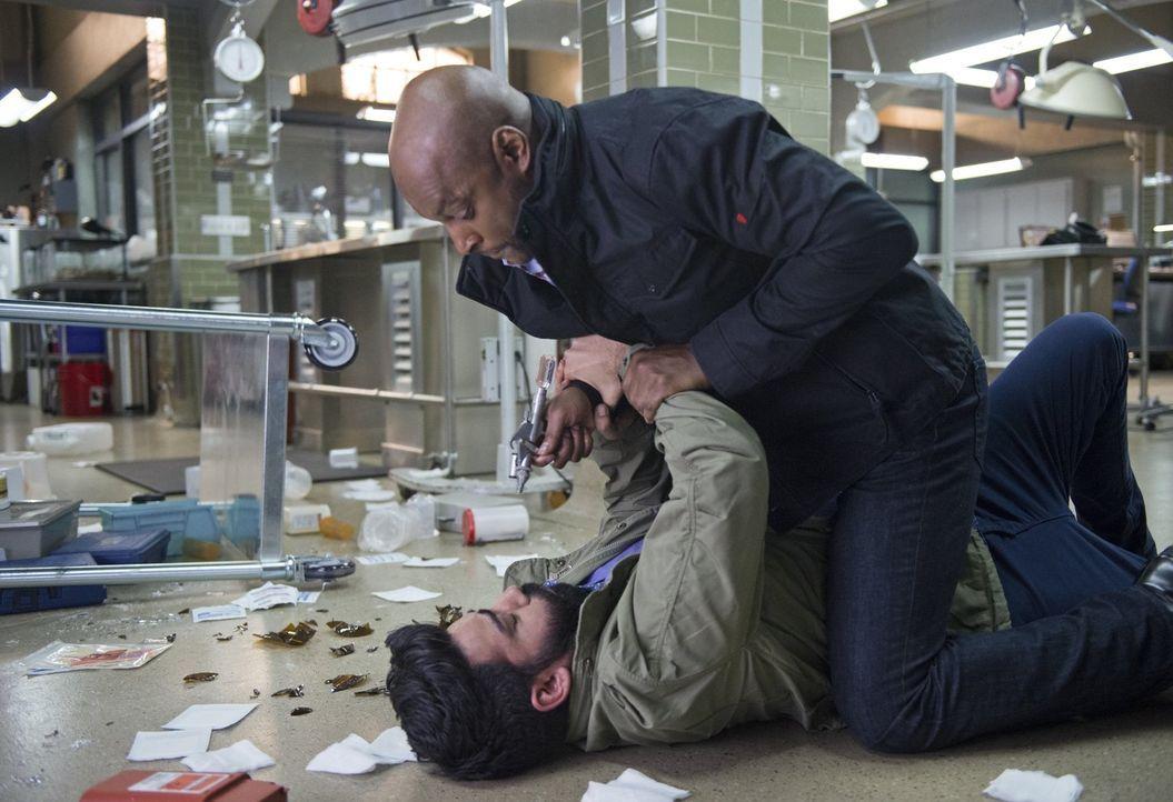 Janko (Colin Lawrence, oben) wird damit beauftragt, alle Mitwissen aus dem Weg zu räumen, um die Weste von Du Clark wieder reinzuwaschen. Doch so ei... - Bildquelle: 2014 Warner Brothers
