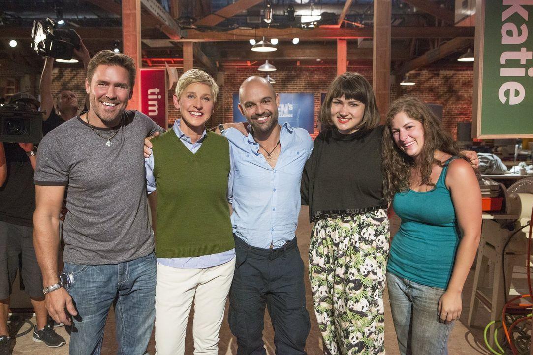 Ellen DeGeneres (2.v.l.) ist stolz auf ihre vier Designer Tim (l.), Gaspar (M.) Katie (2.v.r.) und Carley (r.) ... - Bildquelle: 2015 Warner Bros.