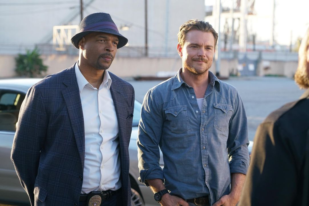Kriminelle haben bei dem unvergleichlichen Cop-Duo Martin Riggs (Clayne Crawford, r.) und Roger Murtaugh (Damon Wayans, l.) keine Chance ... - Bildquelle: 2016 Warner Brothers