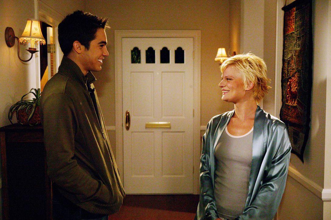 In einem Café lernt Martin (Tyler Hoechlin, l.) die um einige Jahre ältere Venus (Martha Plimpton, r.) kennen. Sie glaubt, dass er Polizist ist und... - Bildquelle: The WB Television Network