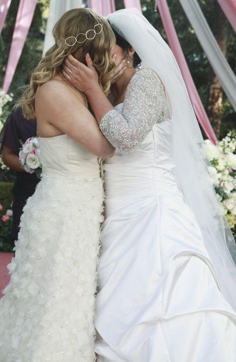 Am Tag der Hochzeit von Callie (Sara Ramirez, r.) und Arizona (Jessica Capshaw, l.) merken die beiden, dass das Ereignis nicht ganz so verläuft, wi... - Bildquelle: ABC Studios