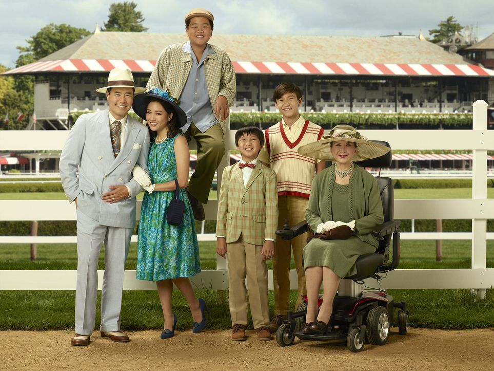 (4. Staffel) - Eine Familie der besonderen Art: Louis (Randall Park, l.), Jessica (Constance Wu, 2.v.rl.), Eddie (Hudson Yang, 3.v.l.), Evan (Ian Ch... - Bildquelle: Bob D'Amico 2017-2018 American Broadcasting Companies. All rights reserved.