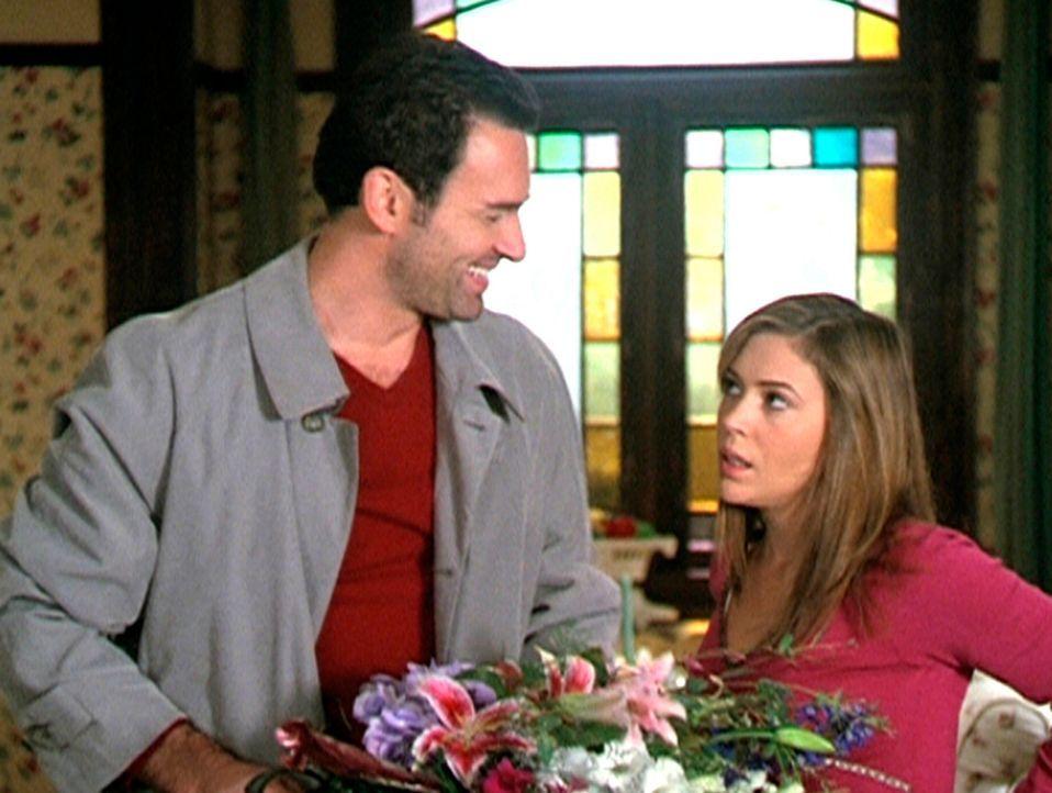 Cole (Julian McMahon, l.), der zur Überraschung aller auftaucht, ist der einzige, der die Zeitschleife erreichen kann und rettet somit Phoebe (Alyss... - Bildquelle: Paramount Pictures
