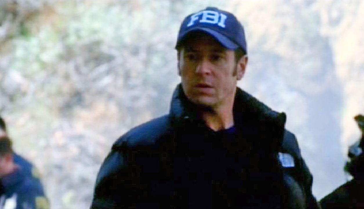 Don Eppes (Rob Morrow) nimmt an der Unfallstelle die Ermittlungen auf ... - Bildquelle: Paramount Network Television