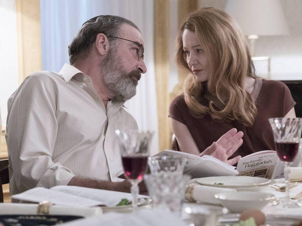Was führen Allison (Miranda Otto, r.) und Saul (Mandy Patinkin, l.) im Schilde? - Bildquelle: Stephan Rabold 2015 Showtime Networks, Inc., a CBS Company. All rights reserved.