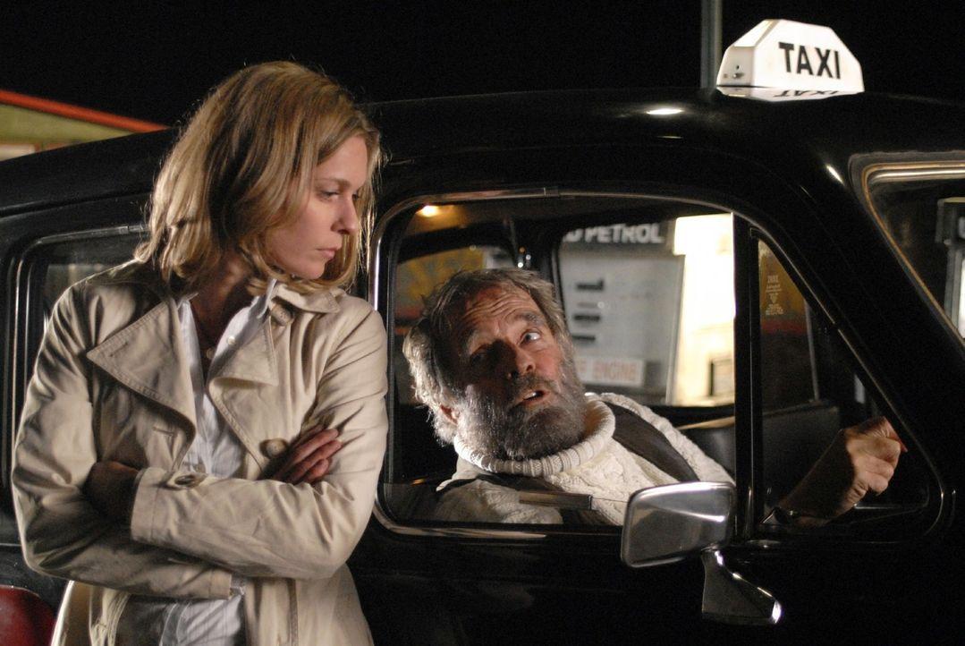 Anna (Lisa Martinek, l.) ist Tim besorgt nachgefahren, doch kurz vor dem Ziel streikt der merkwürdige Taxifahrer (Thomas Fritsch, r.) und sie müssen... - Bildquelle: Martin Menke Sat.1