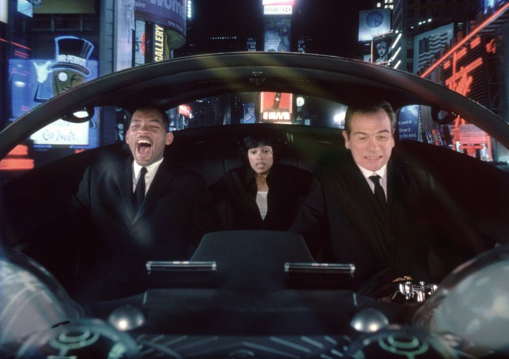 Nachdem Lauras (Rosario Dawson, M.) Chef von Serleena ermordet wird, müssen die MIB in anderer Hinsicht aktiv werden. Für Agent J (Will Smith, l.)... - Bildquelle: 2003 Sony Pictures Television International